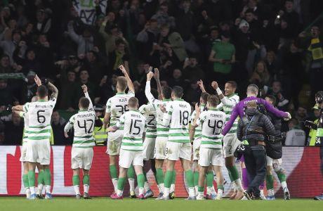 Οι παίκτες της Σέλτικ πανηγυρίζουν με τον κόσμο τη νίκη τους με σκορ 2-1 κόντρα στη Λάτσιο στο 'Celtic Park' για την 3η αγ. του Group E στο Europa League (24/10/2019) - AP Photo/Scott Heppell
