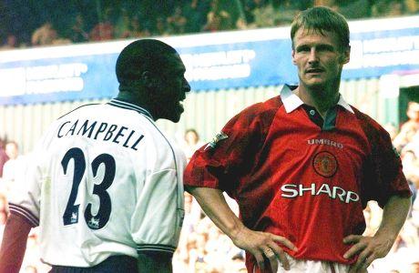 Ο Σολ Κάμπελ της Τότεναμ σε στιγμιότυπο με τον Τέντι Σέριγχαμ της Μάντσεστερ Γιουνάιτεντ σε αναμέτρηση για την Premier League 1997-1998 στο 'Γουάιτ Χαρτ Λέιν', Λονδίνο, Κυριακή 10 Αυγούστου 1997