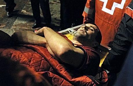 Ο Ρόι Κιν βγαίνει τραυματισμένος από τον αγωνιστικό χώρο κατά τη διάρκεια του ματς Λα Κορούνια-Μάντσεστερ Γιουνάιτεντ για το Champions League, τον Απρίλιο του 2002