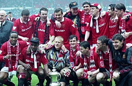Οι παίκτες της Μάντσεστερ Γιουνάιτεντ πανηγυρίζουν την κατάκτηση του FA Cup, τον Μάιο του 1994