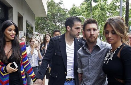 FC Barcelona's Lionel Messi, second right, and his girlfriend Antonella Roccuzzo, right, arrive for a commercial event next to Cesc Fabregas, center, and his girlfriend Daniella Semaan, left, in Barcelona, Spain, Wednesday, May 17, 2017. (AP Photo/Manu Fernandez)