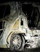 Στα μεταλλικά μέρη του αυτοκινήτου στο οποίο επέβαινε ο δράστης, τα οποία δεν κάηκαν εντοπίστηκαν υπολείμματα όπλου.