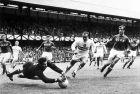 Ο Λεβ Γιασίν μπλοκάρει τη μπάλα σε αγώνα της ΕΣΣΔ με την Ουγγαρία στο Μουντιάλ του 1966.
