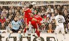 """Ο Μπεναγιούν πετυχαίνει το 0-1 της Λίβερπουλ επί της Ρεάλ μέσα στο """"Μπερναμπέου"""" (25/2/2009)"""