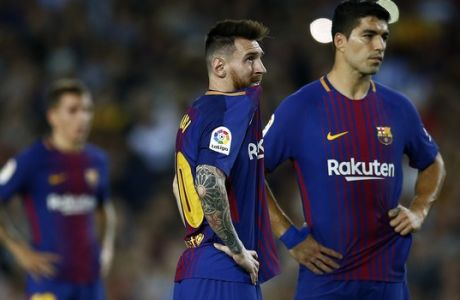 FC Barcelona's Lionel Messi, center, looks on next to Luis Suarez during the Spanish La Liga soccer match between FC Barcelona and Malaga at the Camp Nou stadium in Barcelona, Spain, Saturday, Oct. 21, 2017. (AP Photo/Manu Fernandez)