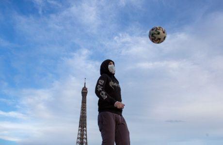 Ποδόσφαιρο μπροστά από τον Πύργο του Άιφελ, Παρίσι, Σάββατο 2 Μαΐου 2020
