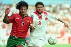 Ο Φερνάντο Κόουτο της Πορτογαλίας μονομαχεί με τον Χακάν Σουκούρ της Τουρκίας σε αναμέτρηση για τη φάση των ομίλων του Euro 1996 στο 'Σίτι Γκράουντ', Νότιγχαμ, Παρασκευή 14 Ιουνίου 1996