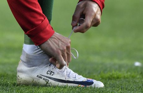 O Κριστιάνο Ρονάλντο δένει τα παπούτσια του, κατά τη διάρκεια ματς μεταξύ Πορτογαλίας και Ολλανδίας