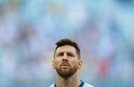 Ο αμίλητος Λιονέλ Μέσι κατά τη διάρκεια ανάκρουσης του εθνικού ύμνου της Αργεντινής πριν από τον αγώνα με το Κατάρ για τους ομίλους του Copa América στην 'Αρένα ντο Γκρέμιο' του Πόρτο Αλέγκρε, Κυριακή 23 Ιουνίου 2019