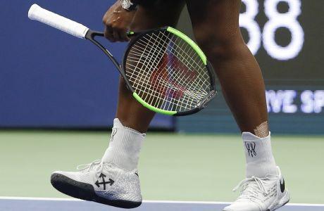 Η Σερένα Γουίλιαμς μαζέυει τη διαλυμένη ρακέτα της κατά τη διάρκεια του τελικού του US Open, όταν και έχασε απο΄τη Ναόμι Οζακα.