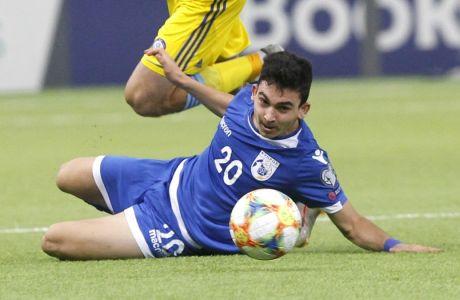 Βορογκόβσκι και Κωστή διεκδικούν την μπάλα στην αναμέτρηση του Καζακστάν με την Κύπρο στην 'Astana Arena' (1-2), για το Group I της προκριματικής φάσης του Euro 2020 (10/10/2019) (AP Photo)