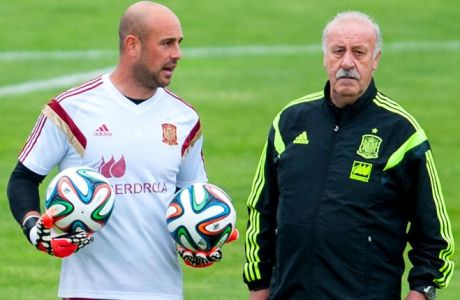 LAS ROZAS DE MADRID, SPAIN - MAY 27:  Pepe Reina (L) and Head coach Vicente Del Bosque of Spain chat during a training session at Ciudad del Futbol on May 27, 2014 in Las Rozas de Madrid, Spain.  (Photo by David Ramos/Getty Images)