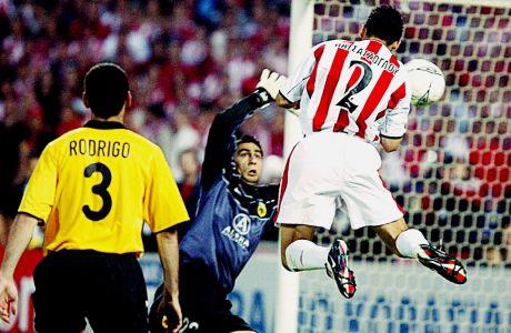 Ο Χρήστος Πατσατζόγλου του Ολυμπιακού σκοράρει κόντρα στον Σάκη Χιώτη της ΑΕΚ σε αναμέτρηση για την Α' Εθνική 2001-2002 στο Ολυμπιακό Στάδιο, Σάββατο 20 Απριλίου 2002