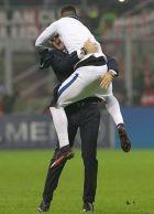 Πανηγύρισε σαν οπαδός στην αγκαλιά του προπονητή του!