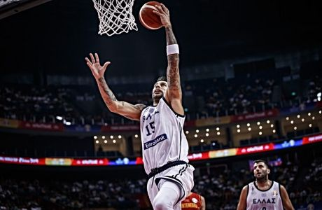 Ο Γιώργος Πρίντεζης αφήνει την μπάλα στο καλάθι του Μαυροβούνιου, στην πρεμιέρα της Εθνικής στο Παγκόσμιο Κύπελλο μπάσκετ της Κίνας