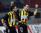 Ο Κώστας Κατσουράνης πανηγυρίζει την επίτευξη γκολ δίπλα στον Θοδωρή Ζαγοράκη, από την εποχή που και οι δυο αγωνίζονταν στην ΑΕΚ