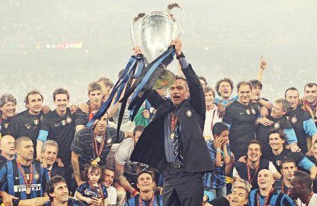 Ο Ζοζέ Μουρίνιο με το 'ιερό δισκοπότηρο' του ευρωπαϊκού ποδοσφαίρου ανά χείρας