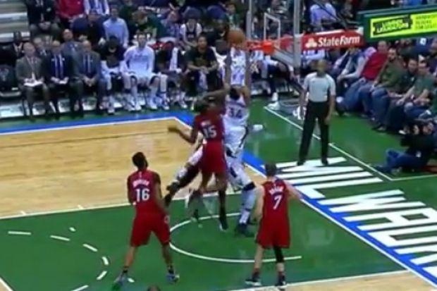 NBA: Κάρφωμα με πάσα στον εαυτό του ο Giannis! (video)