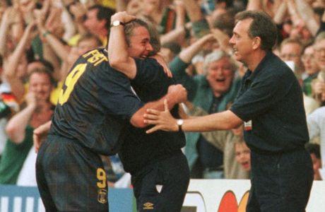 Ο Άλι Μακόιστ της Σκωτίας πανηγυρίζει με τον προπονητή του, Κρεγκ Μπράουν, γκολ που σημείωσε κόντρα στην Ελβετία στη φάση των ομίλων του Euro 1996 στο 'Βίλα Παρκ', Μπέρμιγχαμ, Τρίτη 18 Ιουνίου 1996