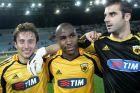Οι Λουέι Τσάνκο, Αλεσάντρε Σοάρες και Στέφανο Σορεντίνο της ΑΕΚ πανηγυρίζουν νίκη επί του ΟΦΗ για την Α' Εθνική 2005-2006 στο 'Θεόδωρος Βαρδινογιάννης' | Σάββατο 10 Δεκεμβρίου 2005