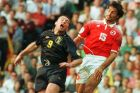 Ο Άλι Μακόιστ της Σκωτίας μονομαχεί με τον Ραμόν Βέγκα της Ελβετίας για τη φάση των ομίλων του Euro 1996 στο 'Βίλα Παρκ', Μπέρμιγχαμ, Τρίτη 18 Ιουνίου 1996