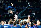 """Οι παίκτες της Μπαρτσελόνα κάνουν το παραδοσιακό """"manteo"""" στον Λουίς Ενρίκε, μετά την κατάκτηση του Champions League (6/6/2015)."""