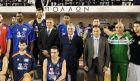 Ο Γιάννης Αντετοκούνμπο στην ομάδα των Greek Stars, μεταξύ του Λάζαρου Παπαδόπουλου και του Δημήτρη Διαμαντίδη
