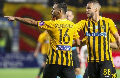 Μπρούνο Γκάμα και Λούκας Σάσα πανηγυρίζουν το δεύτερο γκολ του Πορτογάλου στην αναμέτρηση Άρης - ΟΦΗ 3-1, στο 'Κλεάνθης Βικελίδης' για την πρώτη αγωνιστική των playoffs της Super League 2019-2020. (ΦΩΤΟΓΡΑΦΙΑ: ΓΙΩΡΓΟΣ ΚΩΝΣΤΑΝΤΙΝΙΔΗΣ / MOTION TEAM)