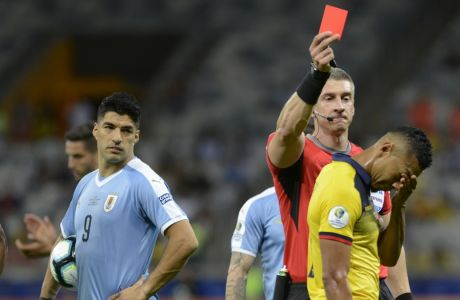 Ο Άντερσον Νταρόνκο δείχνει την κόκκινη κάρτα στον Χοσέ Κιντέρος του Εκουαδόρ, υπό το βλέμμα του αρχηγού της Ουρουγουάης Λουίς Σουάρες, σε αναμέτρηση για Group C του για το Copa America, στο Mineirao Stadium του Belo Horizonte | 16 Ιουνίου 2019  (AP Photo/Eugenio Savio)