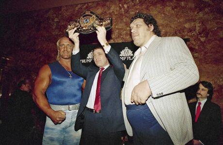 Ο Ντόναλντ Τραμπ κρατά τη βαρύτιμη ζώνη ανάμεσα στον Χαλκ Χόγκαν και τον Αντρέ τον Γίγαντα, τον Μάρτιο του 1998 στη Νέα Υόρκη