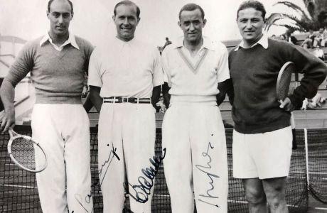Ο Λάζαρος Στάλιος (δεξιά) μαζί με τους παγκόσμιους πρωταθλητές Γκότφριντ φον Κραμ και Πατ Χιούζ που είναι στη μέση με τα άσπρα