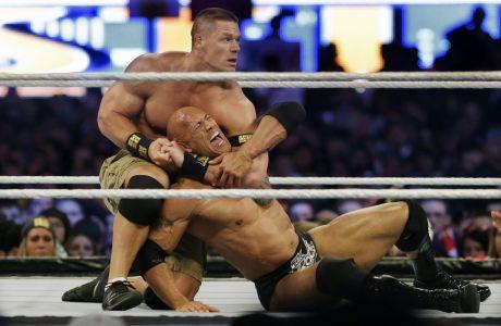 O John Cena κάνει κεφαλοκλείδωμα στον The Rock κατά τη διάρκεια της Wrestlemania το 2016