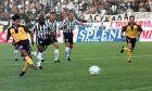 Ο Ντράγκαν Τσίριτς της ΑΕΚ εκτελεί πέναλτι κόντρα στον ΠΑΟΚ σε αναμέτρηση για την Α' Εθνική 1999-2000 στο γήπεδο της Τούμπας, Κυριακή 19 Σεπτεμβρίου 1999