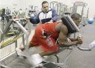 Ο Τιμ Γκρόβερ, με τον Ντουέιν Ουέιντ, μετά τον τραυματισμό του τελευταίου στο αριστερό γόνατο, το Μάιο του 2008 -όπως προσπαθούσε να προλάβει τους Ολυμπιακούς Αγώνες.