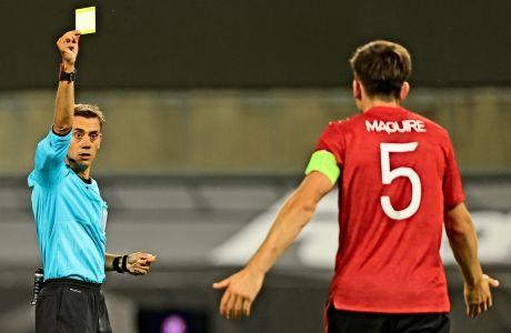 O Xάρι Μαγκουάιρ βλέπει την κίτρινη κάρτα, στον προημιτελικό του UEFA Europa League με τη Κοπεγχάγη, στις 10/8.