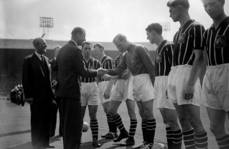 **  FILE  ** File picture made in London May 5 1956 shows Bert Trautmann, Manchester City's German-born goalkeeper,  bowing at centre as he shakes hands with Britain's Prince Philip before the Cup Final. Trautmann, aged 81,  was being  honoured by Queen Elizabeth in Berlin Monday Nov.1 2004. Trautmann, a former German prisoner-of-war who played on after breaking his neck in an FA Cup Final, was being awarded an honorary Officer of the British Empire (OBE). (AP Photo/PA/File)  **   UNITED KINGDOM  OUT  NO SALES MAGS OUT  **