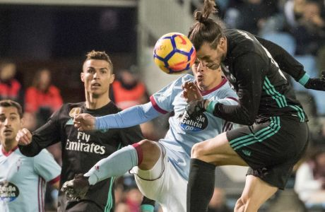 Real Madrid's Gareth Bale, right, fights for the ball with RC Celta's Roncaglia during a Spanish La Liga soccer match between RC Celta and Real Madrid at the Balaidos stadium in Vigo, Spain, Sunday, Jan. 7, 2018. (AP Photo/Lalo R. Villar)
