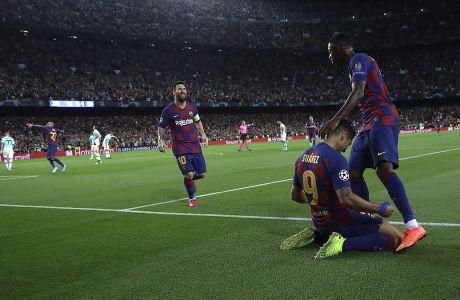 Ο Λουίς Σουάρες της Μπαρτσελόνα πανηγυρίζει με τον Ουσμάν Ντεμπελέ το γκολ που σημείωσε στον αγώνα κόντρα στην Ίντερ για τη φάση των ομίλων του Champions League 2019-2020 στο 'Καμπ Νόου', Βαρκελόνη, Τετάρτη 2 Οκτωβρίου 2019