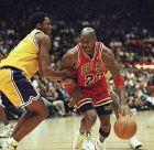 Ο Μάικλ Τζόρνταν των Σικάγο Μπουλς μονομαχεί με τον Κόμπε Μπράιαντ των Λος Άντζελες Λέικερς για το NBA 1997-1998 στο 'Στέιπλς Σέντερ', Λος Άντζελες, Κυριακή 1 Φεβρουαρίου 1998