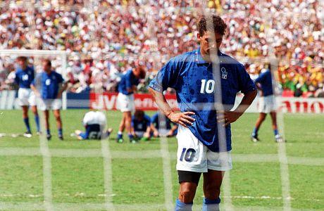 Ο Ρομπέρτο Μπάτζιο της Ιταλίας σε στιγμιότυπο έπειτα από τη διαδικασία των πέναλτι κόντρα στη Βραζιλία στον τελικό του Παγκοσμίου Κυπέλλου 1994 στο 'Ρόουζ Μπολ', Πασαντίνα, Κυριακή 17 Ιουλίου 1994