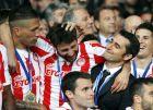 O Ερνέστο Βαλβέρδε, ως προπονητής του Ολυμπιακού, συγχαίρει τους παίκτες του για την κατάκτηση του πρωταθλήματος