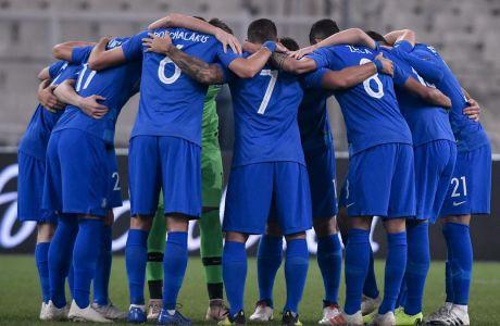 Οι παίκτες της Εθνικής Ελλάδας αγκαλιασμένοι πριν από τη σέντρα του αγώνα με την Εσθονία στο Ολυμπιακό Στάδιο της Αθήνας για το Nations League 2018-2019, Κυριακή 18 Νοεμβρίου 2018