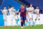Ο Λουίς Σουάρες απογοητευμένος, ενώ οι παίκτες της Μπάγερν πανηγυρίζουν ένα γκολ τους στο 8-2 επί της Μπαρτσελόνα στον προημιτελικό του Champions League (14/8/2020).