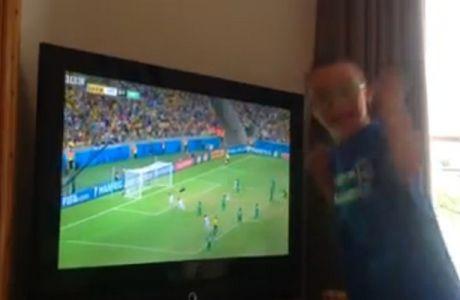 Ο μικρός Τζέι πανηγυρίζει το γκολ του Σαμαρά