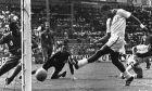 Το 1970, εναντίον του Μαρόκου, ο Τεόφιλο Κουμπίγιας σκοράρει το πρώτο γκολ (AP Photo)