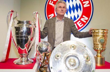En esta foto del 4 de junio del 2013, Jupp Heynckes posa con los trofeos que su equipo Bayern Munich ganó en la temporada 2012-13, de izq. a der.:  la Liga de Campeones, la Supercopa alemana, la Liga Alemana y la Copa Alemana, en Munich. Heynckes afirmó el 16 de junio del 2013 que no volverá a dirigir (AP Foto/dpa,Marc Mueller,Archivo)