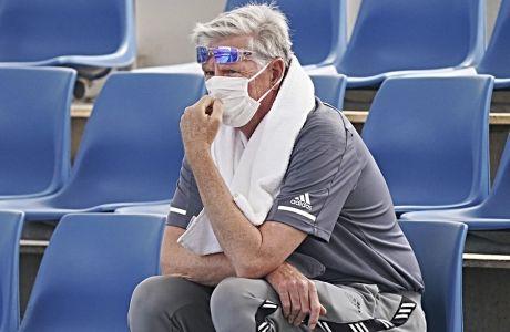 Θεατής των προκριματικών του Αυστραλιανού Όπεν φοράει μάσκα κατά τη διάρκεια μιας προπόνησης στη Μελβούρνη, τη Δευτέρα 13 Ιανουαρίου 2020