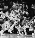 Απρίλιος 1985: Ο Ραλφ Σάμσον των Χιούστον Ρόκετς προσπαθεί να προσπεράσει τον Τζον Στόκτον των Γιούτα Τζαζ, στο δεύτερο ημίχρονο της αναμέτρησης μεταξύ Τζαζ και Ρόκετς.