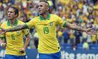 Ο Έβερτον Σοάρες έχει μόλις σκοράρει για τη Βραζιλία στο παιχνίδι με το Περού
