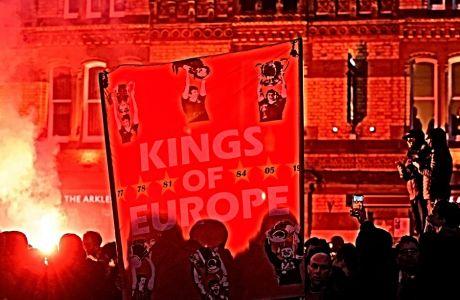 H αστυνομία και ο Δήμαρχος του Λίβερπουλ ανησυχούν πως οι φαν των 'κόκκινων' δεν θα τηρήσουν τους κανόνες του social distancing, την ημέρα που η ομάδα θα πάρει και μαθηματικά τον τίτλο που περιμένει από το 1990. Το στιγμιότυπο είναι από τη συγκέντρωση τους στο Anfield, πριν τη σέντρα του δεύτερου αγώνα για τους '16' του UEFA Champions League, με την Ατλέτικο, τον Μάρτιο του 2020.